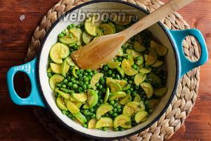 Добавьте в сковороду зелёный горошек, перемешайте и готовьте ещё 5 минут.