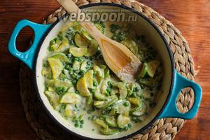 Теперь влейте в сковороду сливки, посолите, поперчите по вкусу и томите соус, пока он немного не загустеет.