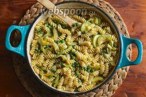Добавьте макароны в готовый соус, посыпьте сыром, натрите лимонную цедру и перемешайте и немедленно подавайте на стол! Приятного аппетита!