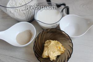 Итак, подготовим муку, маргарин, молоко, сахар, дрожжи, соль, кунжут и яйцо — понадобится только желток для смазывания хлеба.
