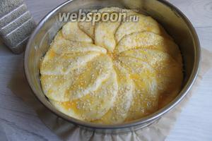 Смазываем желтком и посыпаем кунжутом. Отправляем в духовку на 25 минут при 200°C.