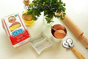 Для пасты: мука (фарина типо 00), соль, петрушка (листики), яйца, масло.  Пока у меня уваривался соус я сделала пасту, но если у вас ещё не жара, можете начать с пасты, чтобы она успела просохнуть.