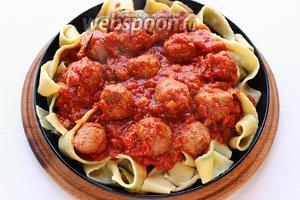 Сбрызнуть оливковым маслом, а сверху соус, пармезан, зелень и ... жизнь удалась! Приятного вам просмотра, а может если решитесь и аппетита!