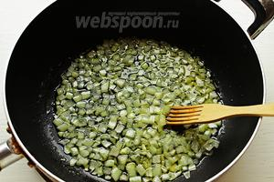 Пассивировать лук на оливковом масле до мягкости/прозрачности.