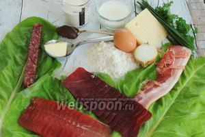 Подготовим ингредиенты: большие листья Мангольда, муку, яйца, молоко, сливки, говяжий конценрированный бульон, масло сливочное для обжаривания, лук, шнитт-лук, петрушку, Бюнднерское мясо (сыровяленая говядина), Пармскую ветчину (сыровяленая свинина), Залсиц или Ландъегер (можно заменить на Салями), бекон, горный сыр.
