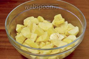 Очищаем картофель, нарезаем крупно, солим, посыпаем хмели-сунели и перемешиваем.