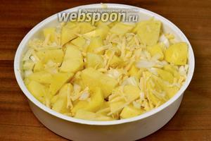 Смешиваем картофель с луком и сыром, перекладываем в корзинку на пару, помещаем её в чашу мультиварки, включаем режим «Выпечка» на 1 час.