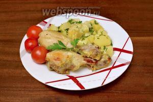К концу работы программы курица должна слегка запечься с нижней стороны, верхняя остается покрытой сметаной, которая мягко створаживается. Картофель должен полностью приготовиться и стать мягким.  При подаче посыпаем блюдо мелко нарезанной зеленью.