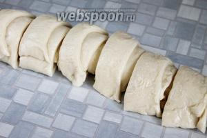Смазать растительным маслом и скрутить в рулет, который порезать порциями.