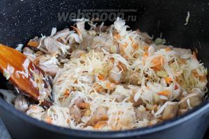 Добавить квашеную капусту, слегка обжарить-тушить минут 10.