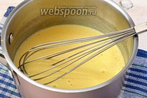 В толстостенной посуде на маленьком огне нагревать смесь, постоянно мешая до того момента, пока масса не загустеет (приблизительно до 75-77°C). До кипения не доводить.
