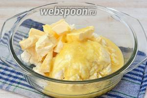 Соединить творог, ванильный сахар, сливочное масло и заваренные желтки.