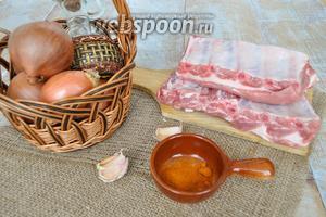 Нам потребуются свиные рёбрышки, перец красный, чеснок, соль, лук, растительное масло и устричный соус по желанию.