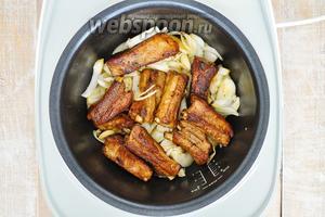 Далее добавить нарезанный лук. Лук резать крупно. Немного обжарить, так чтобы горечи у лука не было, но что бы он немножко хрустел.