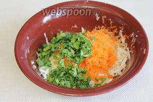 Мелко порезать петрушку, добавить в салат.