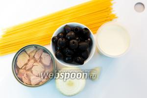 Для приготовления нам понадобятся: спагетти, сливки (20% жирности), лук, чеснок, тунец консервированный, масло оливковое, оливки.