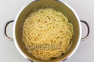 Тем временем спагетти отварим в подсоленной воде, сольём воду.