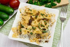 Фарфалле с луком и грибами шиитаке