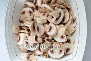 Для начала готовим начинку. Режем грибы толщиной примерно по 2 мм, очень тонко.