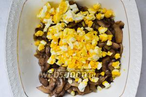 Готовые грибы перемешиваем с яйцами.