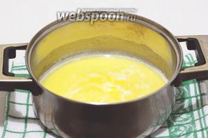 В кастрюле нагреть до кипения сливочное масло и молоко.