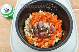Выложим мясо и порезанные помидоры. Шкурку у помидора лучше удалить, ошпарив его кипятком. Добавить перца.