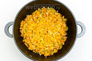 Обжарим тыкву с овощами ещё 3-5 минут.