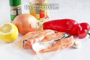 Для приготовления жареной сёмги нужно взять филе сёмги, сладкий или дунганский перец, лук, чеснок, лимонный сок, подсолнечное масло, специи для рыбы.