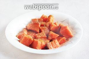 Филе сёмги промыть, освободить от кожицы, если она есть и нарезать кусочками. Полить лимонным соком, посолить и посыпать приправой для рыбы.