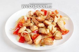 Выложить рыбу поверх овощей.