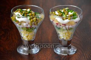Посыпаем салат зелёным луком. И вот в таком виде подаем на стол. Приятного аппетита!