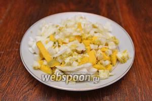 На начальном этапе отвариваем яйца и картофель. Картофель в течение 30 минут, а яйца 5-7 минут. Яйца пропускаем через яйцерезку.