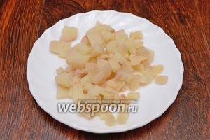 Картофель нарезаем мелкими кубиками. Его в салате не должно быть слишком много.