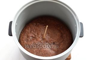 В горячем пироге с помощью деревянной шпажки сделать частые проколы по всей поверхности.