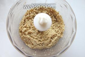 Измельчаем орехи — в предлагаемом рецепте фундук и арахис 1:3 — обжаренные.