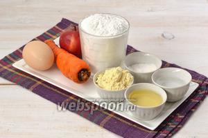 Для приготовления морковно-яблочных вафель нам понадобится яблоко, морковь, мука пшеничная, мука кукурузная, вода, разрыхлитель, яйца.