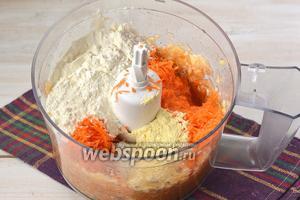 В яблочную массу всыпать морковь, муку, разрыхлитель, яйцо.
