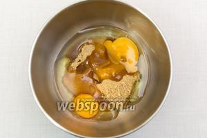 Яйца смешаем с сахаром.