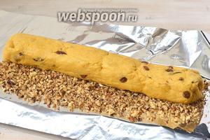 Развернуть охлаждённое тесто. Насыпать по всей длине теста измельченные орехи.