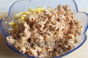 Добавить в салатник размятую вилкой горбушу, кости и кожу предварительно удалить.