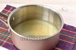 Растворить в горячей сыворотке соль и сахар.