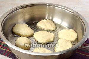 Разогреть сковороду с подсолнечным маслом и выкладывать тесто на сковороду столовой ложкой соблюдая расстояние.