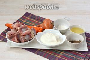 Для приготовления блюда нам понадобятся куриные желудочки, сметана, лук, морковь, соль, перец, подсолнечное масло, мука, лавровый лист.