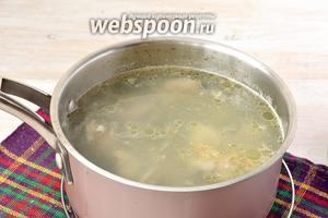 Довести до кипения и готовить 8-10 минут. Воду слить.