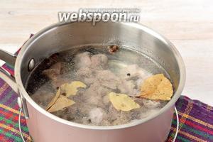 Залить желудки свежей водой. Добавить лавровый лист, по желанию — несколько горошин чёрного и душистого перца. Довести до кипения и готовить 50-60 минут до полной готовности желудочков.