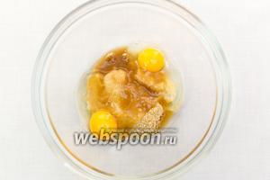 В миску всыпаем коричневый сахар и добавляем яйца.