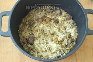 Варить кашу до готовности риса 20-25 минут на медленном огне под закрытой крышкой. Дать настояться 20 минут. Подавать кашу с обжаренным луком. Приятного аппетита!