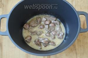 В казан налить масло и хорошо разогреть, опустить мясо и обжаривать его 10 минут.