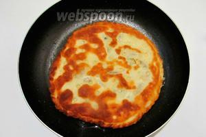 Обжариваем на сковороде с разогретым подсолнечным маслом с двух сторон.