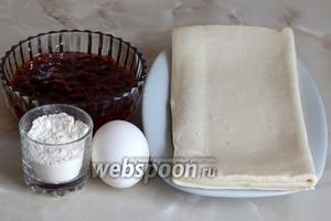 Набор продуктов для приготовления слоек минимален: готовое слоёно-дрожжевое тесто, густое варенье (малиновое), яйцо куриное (для смазывания) и мука пшеничная для раскатки теста.